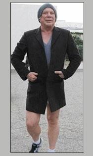 ميكي رورك ينزل الشارع بملابسه الداخلية
