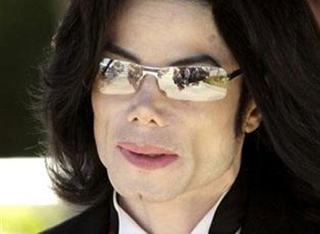 بعد تأجيل طويل..طرح عطر مايكل جاكسون قريباً