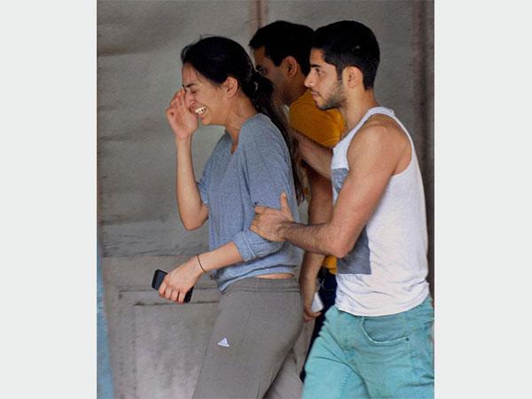 بالصور... الحزن يكسو وجوه نجوم بوليوود أثناء دفن جيا خان في مومباي