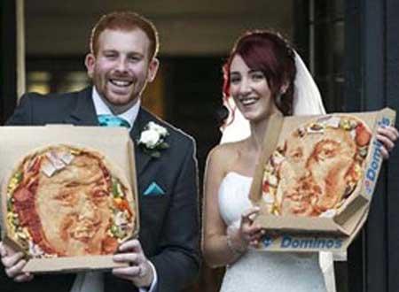 عروسان يحتفلان بزفافهما بتصميم بيتزا مرسومة بوجه كل منهما