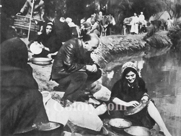 جولولي صورة نادرة سعاد حسني تتلقى درسا على الترعة