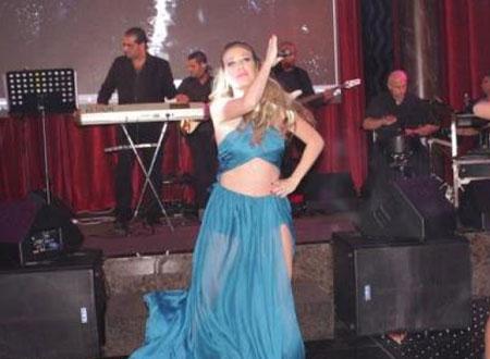 بالصور.. سابين ترقص شبه عارية في حفلها الأخير