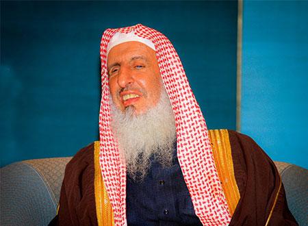 عبدالعزيز آل الشيخ يبايع الأمير مقرن من على سرير المستشفى ...