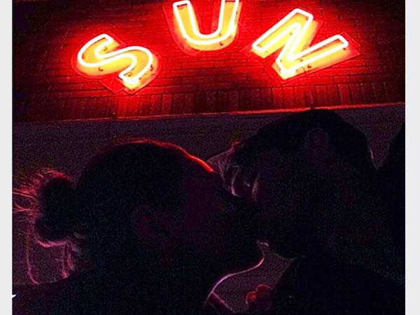 أشتون كوتشر ينشر صورة تقبيله ميلا كونيس على تويتر