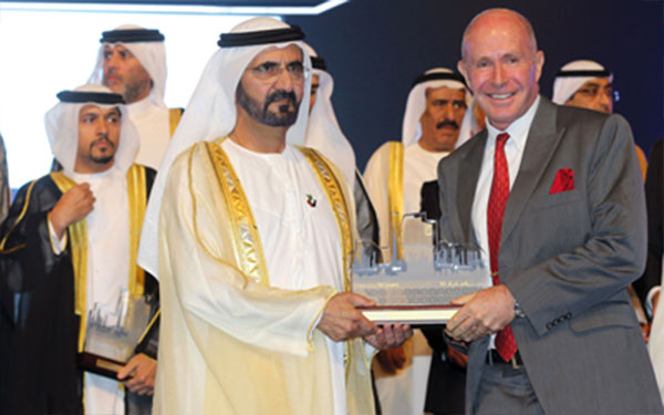 محمد بن راشد يُكرِّم الرعيل الأول في «الإمارات دبي الوطني»