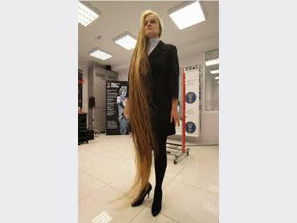 صور.. تبهر العالم بطول شعرها