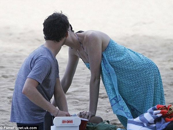 بالصور إنقاذ هاثاواي الغرق جلسة حميمة زوجها الشاطئ 2014-01-11_00426.jpg