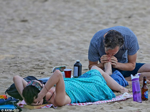 بالصور إنقاذ هاثاواي الغرق جلسة حميمة زوجها الشاطئ 2014-01-11_00431.jpg