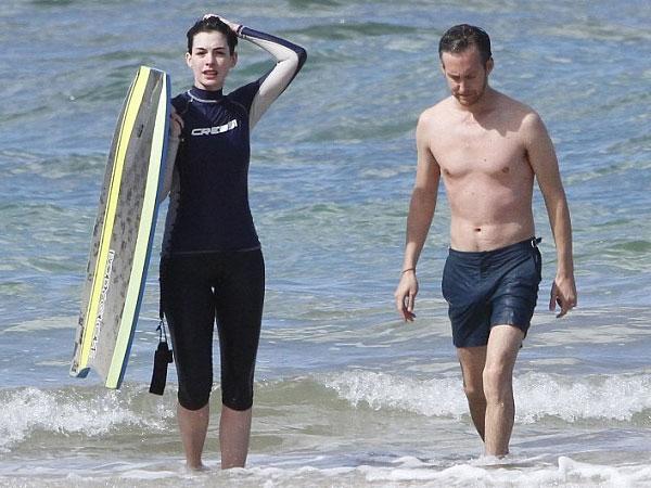 بالصور إنقاذ هاثاواي الغرق جلسة حميمة زوجها الشاطئ 2014-01-11_00436.jpg
