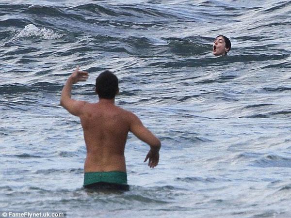 بالصور إنقاذ هاثاواي الغرق جلسة حميمة زوجها الشاطئ 2014-01-11_00437.jpg