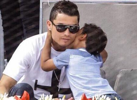 كريستيانو رونالدو وابنه يشاهدان مباراة نادال