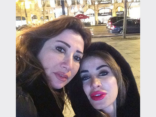 أنابيلا هلال تتسوق مع صديقاتها في