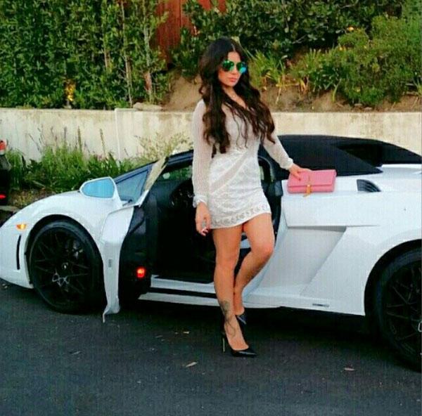 جولولي | هيفاء وهبي في نزهة مع أصدقائها بأقصر فستان وسيارة فارهة.. صور