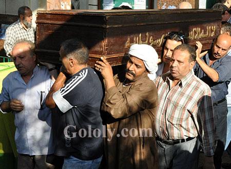 الفنانون يلقون النظرة الأخيرة على جثمان المخرج سعيد مرزوق.. صور