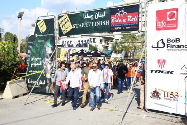 علم لبناني في مهرجان النجوم شاهد
