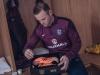 واين روني يتلقى هدية خاصة احتفالاً بالمباراة رقم 100.. صور