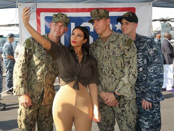 جولولي | كيم كاردشيان تمطر الجنود الأمريكيين بقبلاتها خلال رحلتها الأخيرة لأبوظبي.. صور