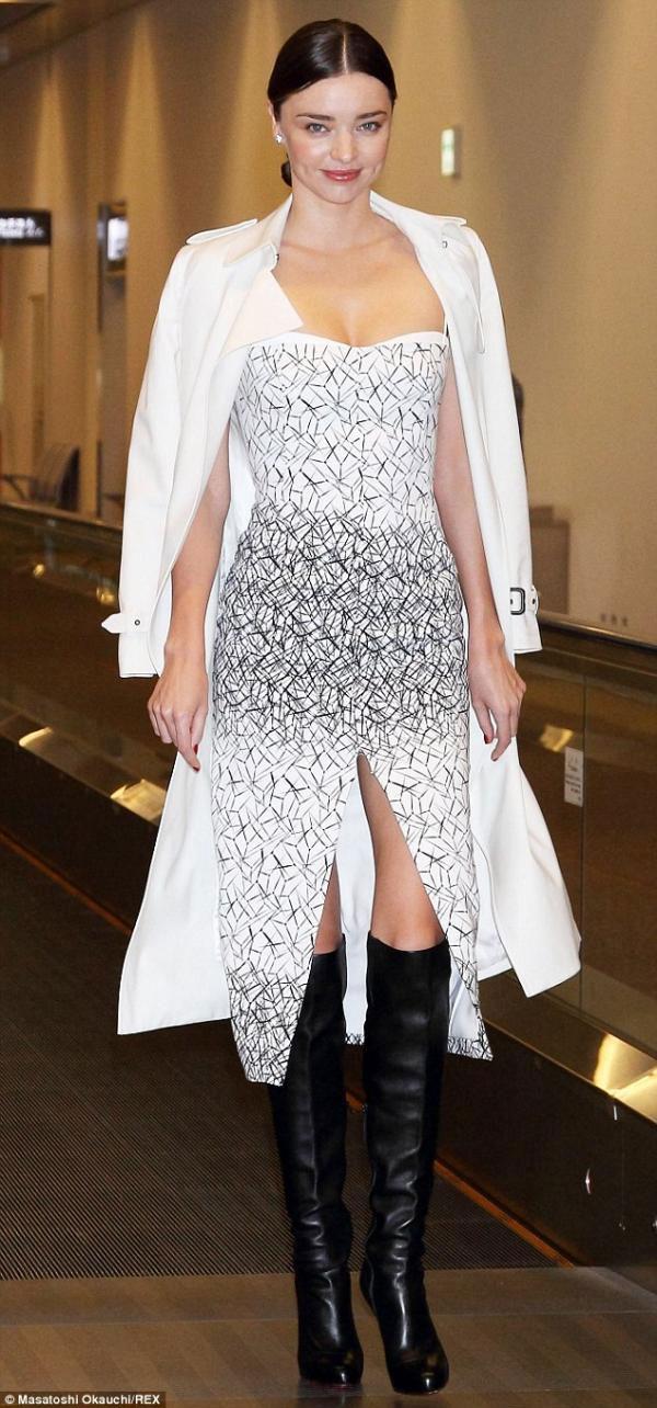معجبو ميراندا كير يستقبلونها بالصراخ في مطار طوكيو