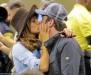 جيرارد باتلر يقبّل حبيبته خلال مشاهدة مباراة كرة القدم..بالصور