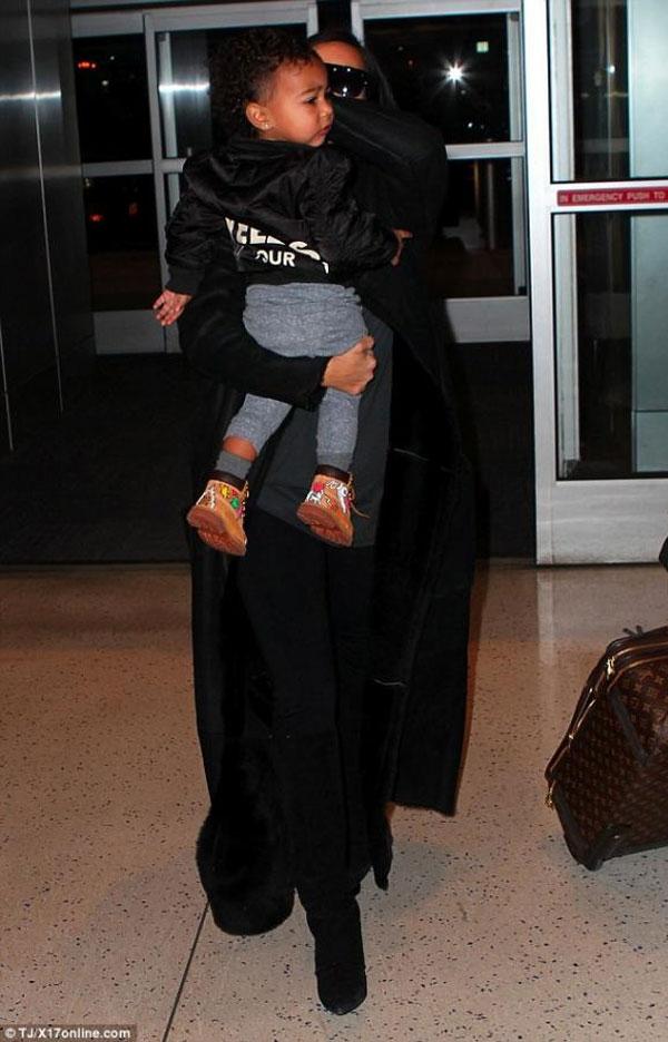 كيم كارداشيان تعانق إبنتها بحنان في المطار..بالصور