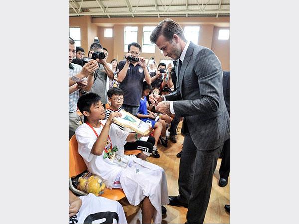 ديفيد بيكهام في زيارة للأطفال المرضى.. صور