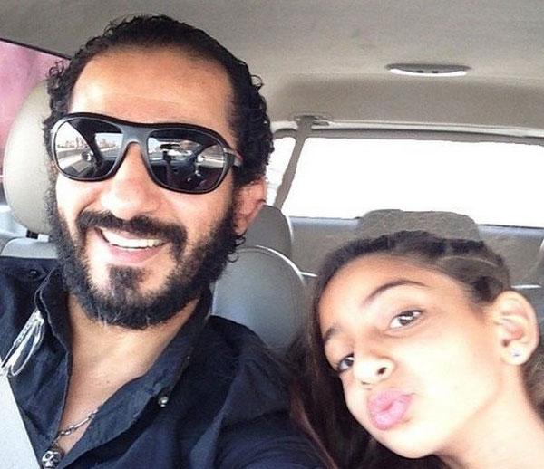بالصور احمد حلمى ابنته تثير