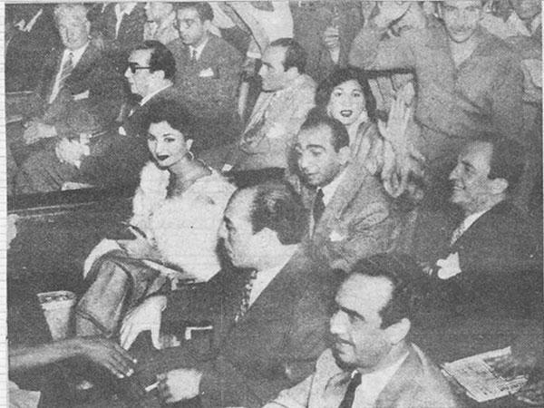 جولولي نعيمة عاكف مع فريق عمل عزيزة وسط الجمهور صورة نادرة