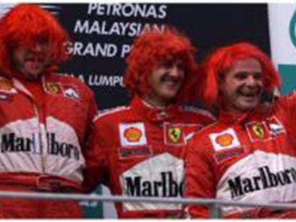 شاهد.. مايكل شوماخر يحتفل بالشعر الأحمر في ماليزيا