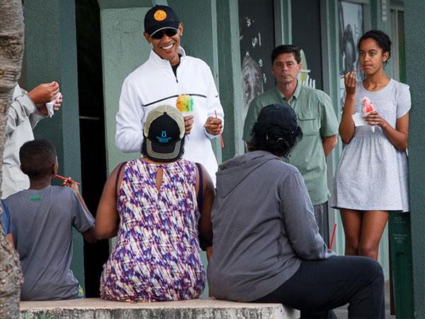 باراك أوباما بـ«الشورت».. ويتناول المثلجات مع ابنته في هاواي