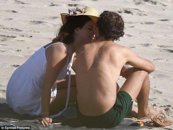 لانا ديل راي تتبادل القبل مع حبيبها على الشاطئ