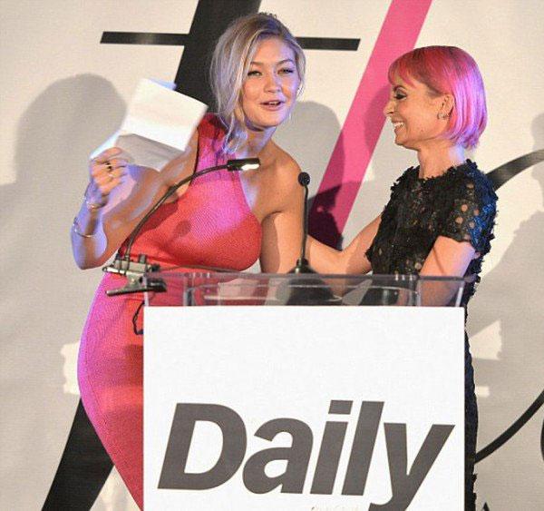 الأمريكية جيجى حديد تفوز بلقب عارضة أزياء العام