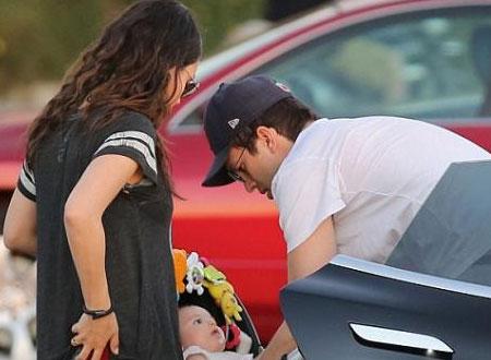 ميلا كونيس وآشتون كوتشر يتنزهان برفقة طفلتهما.. صور