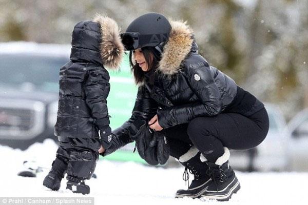 إبنة كيم كارداشيان نسخة عنها على الثلج..بالصور