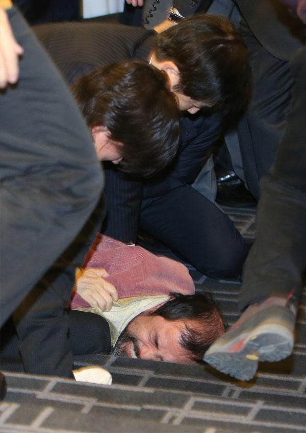 جولولي | تشوه وجه السفير الأمريكي بكوريا الجنوبية بعد الاعتداء عليه.. صور وفيديو