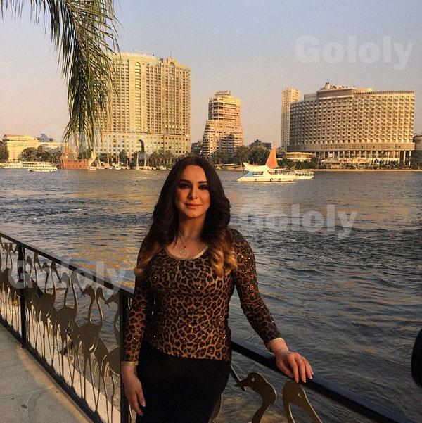 جولولي | سلاف فواخرجي في نزهة نيلية وتتجول بشوارع القاهرة على الحنطور.. صور