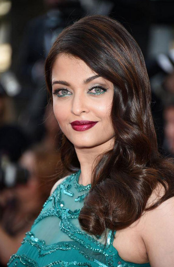 ايشواريا راي رمز الجمال المتلألئ في ثوب زمردي على السجادة الحمراء.. صور