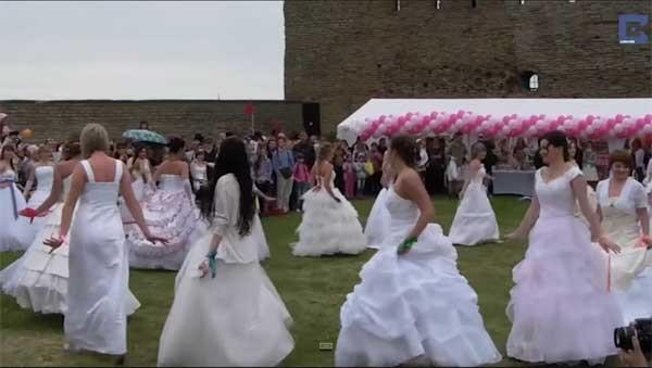 جولولي | ماراثون نسائي للجري بفستان الزفاف.. فيديو