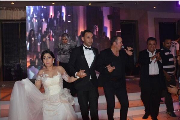 جولولي | لقطات طريفة لأيتن عامر في حفل زفافها.. صور