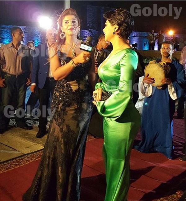 بالفيديو والصور:المغنية شمس تتعرض للإحراج بسبب فستانها الجريء