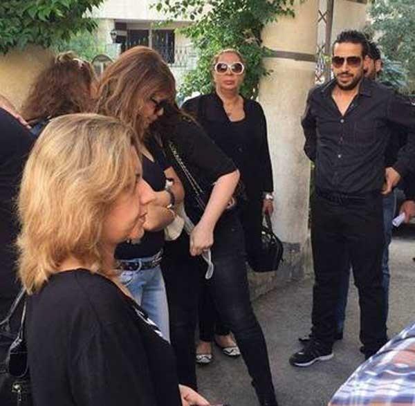 جولولي   ابنة رندة مرعشلي تُبكي أصدقاء والدتها في جنازتها.. فيديو