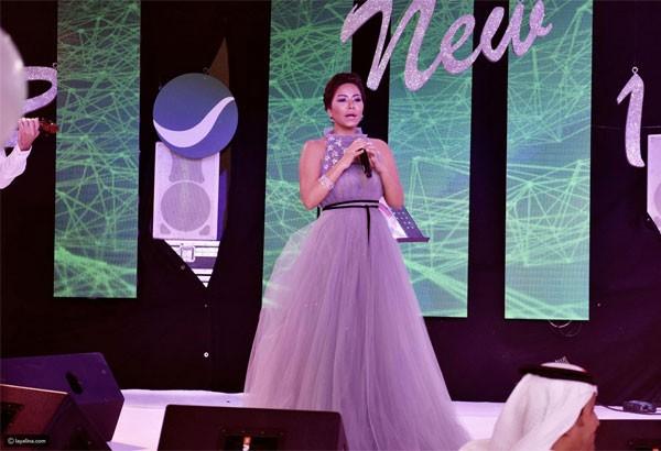 e2411ef0e9073 أما النجمة اللبنانية مايا دياب، فقد اختارت للحفل الغنائي الذي أحيته بمنتجع  الحبتور جراند في دبي، فستان شفاف ذو ذيل طويل وضيق بشكل أبرز جمال قوامها.