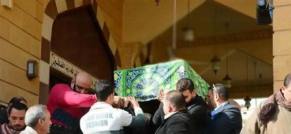 الفنان أحمد عزمي يشيع جنازة والدته تغيب الفنانين حضور الجنازة ومواساة عزمي