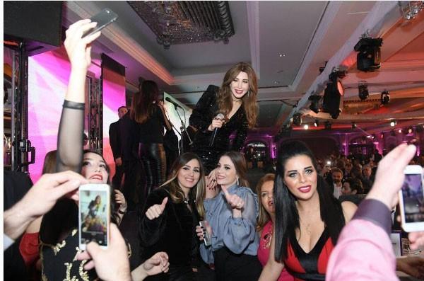 نانسي عجرم تلهب قلوب العشاق الحب بفستان أسود براق 2017