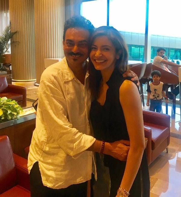 أنوشكا تلتقي الأب الروحي لها في مطار مومباي.. شاهد
