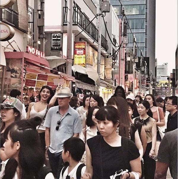 جاكلين فرنانديز تحتفل بعيد ميلادها في طوكيو .. شاهد