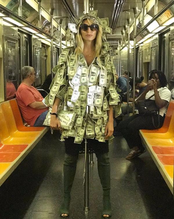 عارضة ازياء الدولارات