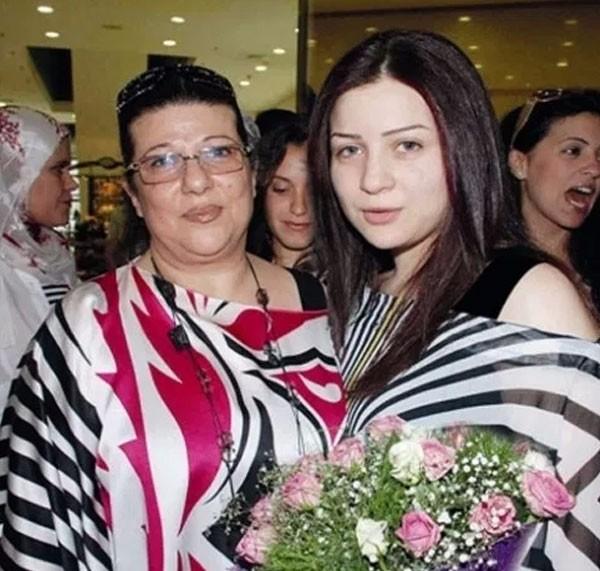 مي عز الدين ووالدتها