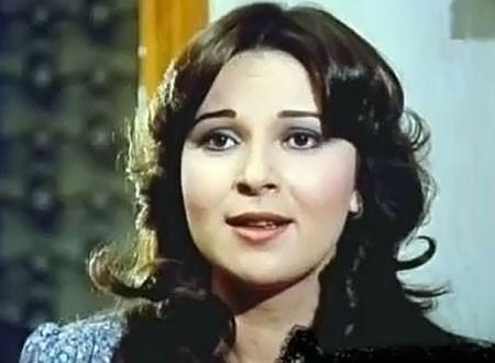 الفنانة المعتزلة نورا تحمل مي نور الشريف فور ولادتها.. لقطة نادرة