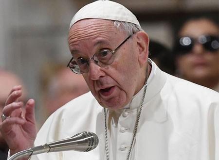 رجال الإطفاء ينقذون البابا فرانسيس