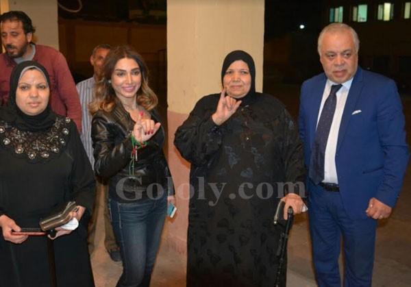 النجوم يشاركون في الانتخابات 2018 - اشرف زكي و روجينا